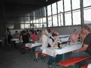 Tische mit Gästen, essen und trinken